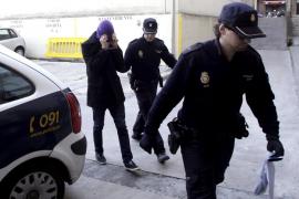 Prisión para el joven de 18 años por la muerte de su madre y libertad con cargos para el esposo