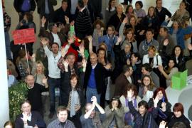 Unos 300 trabajadores de Iberia se manifiestan en Son Sant Joan contra los despidos