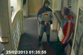 Un hombre vestido de Batman entrega a un delincuente en una comisaría británica