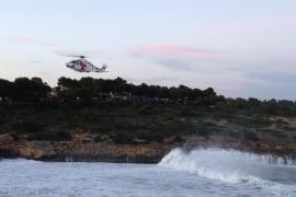 La Guardia Civil suspende hasta mañana la búsqueda de los jóvenes arrastrados por una ola en Cala Mendia