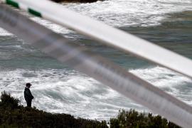Continúan sin ser hallados los dos jóvenes que cayeron al mar en Cala Mendia