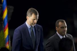 El príncipe Felipe, «en representación del Reino de España y del pueblo español», rinde honores al fallecido presidente de Venezuela