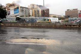 El reventón de una tubería obliga a cortar un tramo de las Avingudes