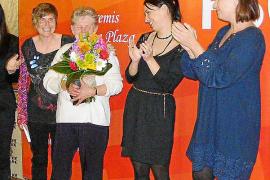 Los socialistas de Mallorca entregan a Trinidad López el premio Maria Plaza