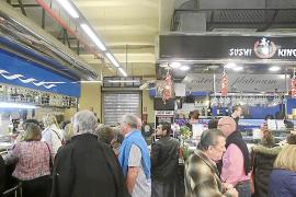 La venta de 'sushi' provoca división de opiniones en el mercado de l'Olivar