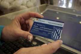 El Parlament rechaza eximir del pago de  la tarjeta sanitaria a los colectivos más vulnerables
