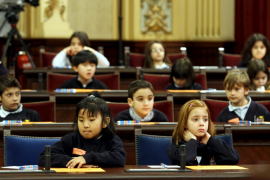 Los niños toman el mando del Parlament por un día