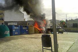 Un incendio causa daños en un camión y varios contenedores en Inca