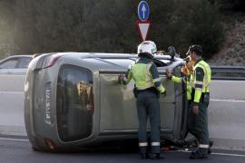 Una mujer y un niño sufren contusiones  tras volcar su coche en la Vía Cintura