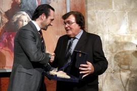 Miquel Bestard recibe el Cornelius Atticus por su «espíritu luchador y carácter conciliador»