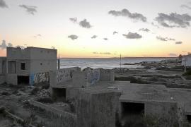 El TSJB permite enterrar los escombros de los chalés de ses Covetes frente al mar