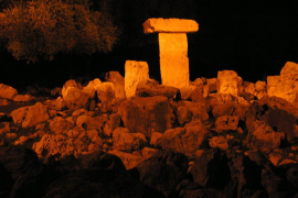 TAULA ILUMINADA en el poblado talayótico de Binissafúller, en Sant Lluís de Menorca