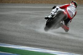 Jorge Lorenzo domina bajo la lluvia en los primeros entrenamientos en Jerez