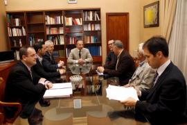 Palma local reunion calanova con conseller de turismo Delgado fotos T