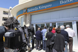 Los bancos chipriotas reabrieron tras casi dos semanas de cierre