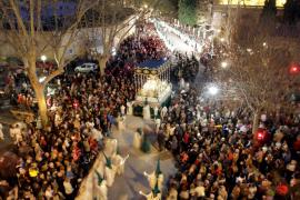 Miles de personas salen a la calle para ver la procesión del Sant Crist de la Sang