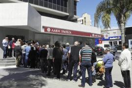 Los bancos abren en Chipre por segundo día con la misma tranquilidad que ayer