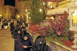 El silencio de la procesión del Sant Enterrament llena el centro histórico