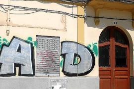 Quejas por un gran grafiti en un edificio de la plaza del Obelisco de Palma