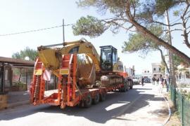Las máquinas excavadoras inician la demolición de los chalés de ses Covetes