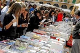Los libreros tienden una mano a los floristas en un Sant Jordi «esperado»