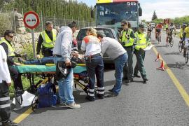 Tres heridos al estrellarse un coche contra un autocar con turistas en Santa Maria