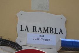 La Rambla aparece con varios carteles  que la bautizan como la Rambla «del Juez Castro»