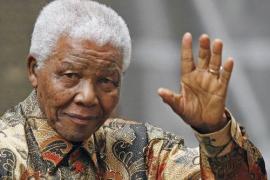 Nelson Mandela recibe el alta tras diez días hospitalizado por una neumonía