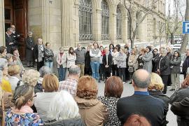 Minuto de silencio en la Universitat en memoria de Montserrat Casas
