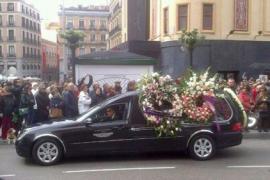El último y multitudinario desfile de Sara Montiel colapsa la Gran Vía de Madrid