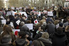 Multitudinaria protesta ante la sede del PP en la calle Génova