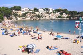 El Ajuntament de Manacor saca a concurso las sombrillas y hamacas de las playas