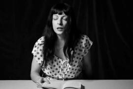 Una mallorquina promueve la lectura mediante un provocador vídeo