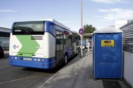 Condenada a pagar más de 1.600 euros por romper el cristal  de un autobús de la EMT