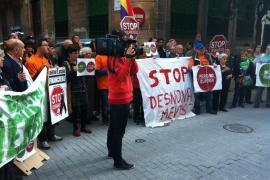 Un centenar de personas realizan un escrache en la sede del PP de Palma