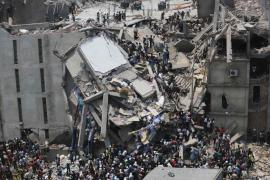 Cerca de cien muertos en el derrumbe de un edificio de Bangladesh
