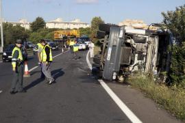 Un camión vuelca en la salida de la autopista de Inca y causa retenciones