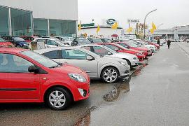 La fuerte lluvia desluce la primera jornada de la Fira de Vehicles d'Ocasió