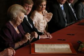 Beatriz de Holanda abdica en su primogénito, Guillermo Alejandro, que ya es rey