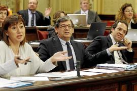 La oposición reclama el despido del 'recortador' de las empresas públicas