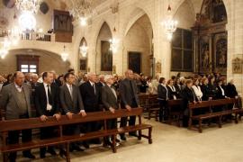 Numerosas personalidades del mundo de la política asisten al funeral de Joan Verger