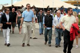 El príncipe Felipe sorprende con su visita al Salón Náutico de Palma