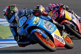 Rins pulveriza todos los récords y bate a sus rivales de Moto3 con caída incluida