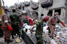 El último balance del derrumbe de Bangladesh eleva a más de 800 el número de fallecidos