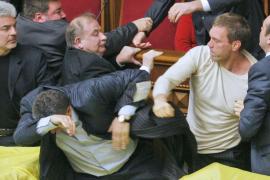 Huevos, puñetazos y botes de humo en el Parlamento de Ucrania