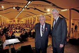 Pere A. Serra recibe la medalla de la Orden del Imperio Británico en la gran noche del 'Daily'