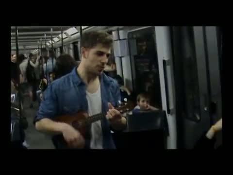Un joven pide trabajo cantando su currículum en el metro de Barcelona