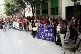 Un centenar de personas protesta ante la sede del PP de Palma contra la ley del Aborto