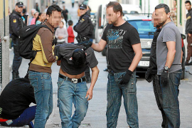 Detenidos 'El Pablo' y su hijo en la operación antidroga de la calle Fornaris