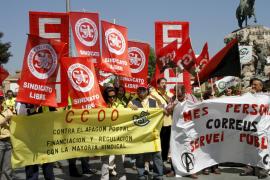 Un centenar de trabajadores de Correos protestan contra el recorte de presupuesto